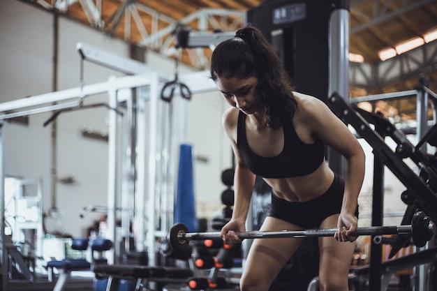 Vrouwenoefening in de fitness gymnastiek