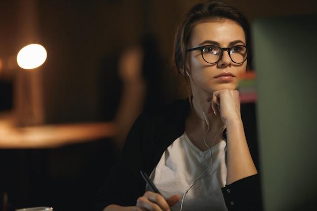 Vrouwenontwerper die computer met behulp van