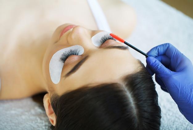 Vrouwenoog met lange wimpers. mascara-borstel. afbeelding van hoge kwaliteit