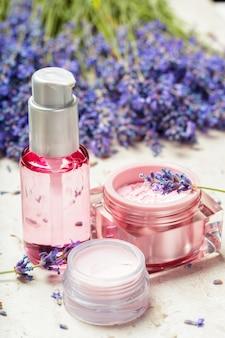 Vrouwenparfum in mooie fles en lavendelbloemen