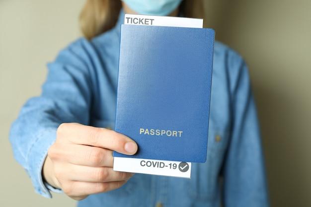 Vrouwenpaspoort met kaartje en covid - 19 merkteken