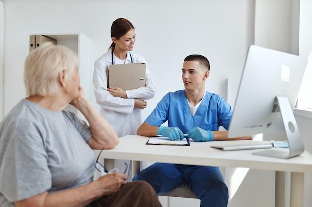 Vrouwenpatiënt bij artsenafspraak en verpleegster in ziekenhuisonderzoek