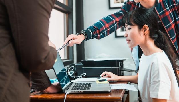 Vrouwenpersoneel die door supervisor in bureau worden opgeleid