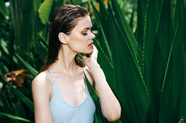 Vrouwenportret in groene bladeren van palmen, mooi gezicht
