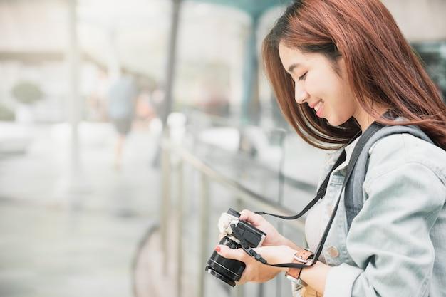 Vrouwenreiziger met rugzak die op haar de zomervakantie reizen.