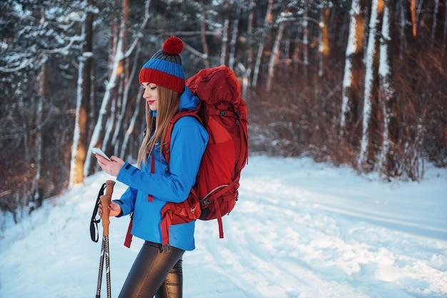 Vrouwenreiziger met rugzak het avontuur actieve vakanties van de wandelingslevensstijl openlucht. mooi landschapsbos