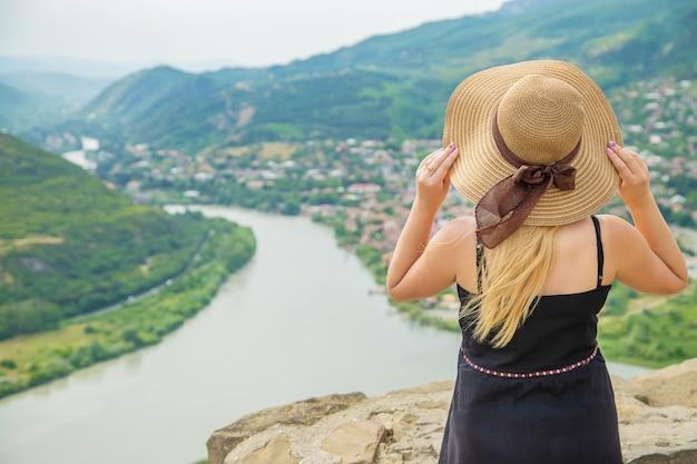 Vrouwenreiziger op de achtergrond van de aantrekkelijkheden van georgië