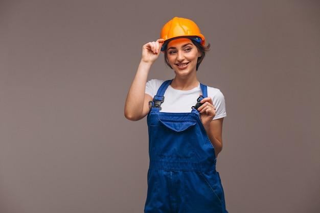 Vrouwenreparateur met geïsoleerde het schilderen van rol