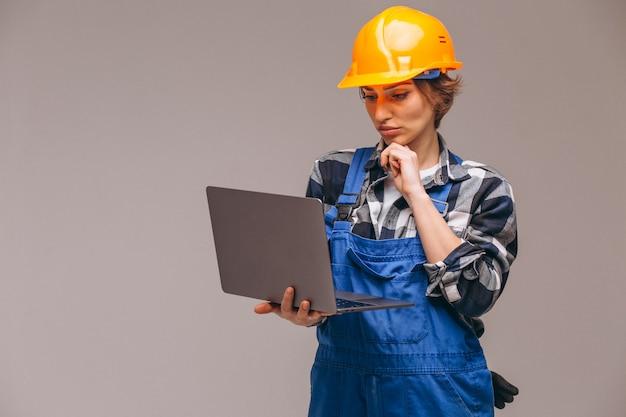 Vrouwenreparateur met laptop wordt geïsoleerd die