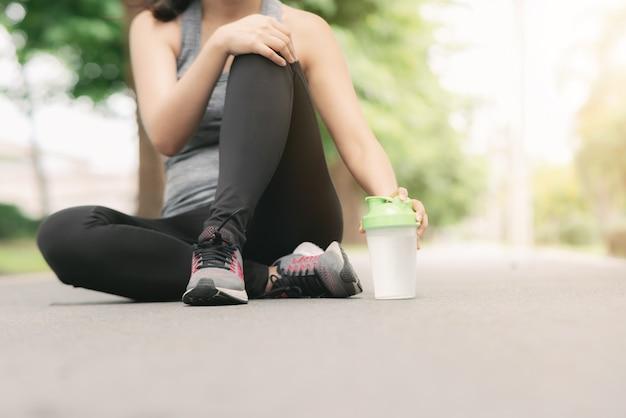 Vrouwenrust tijdens jogging in het park