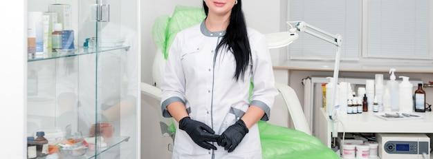 Vrouwenschoonheidsspecialist arts aan het werk in kuuroordcentrum. jonge vrouwelijke professionele schoonheidsspecialist.