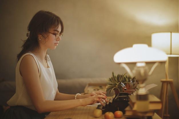 Vrouwenschrijver die aan een schrijfmachine werkt