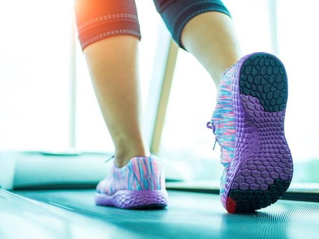 Vrouwenstap en het lopen op de tredmolen in de gymnastiekgeschiktheid.