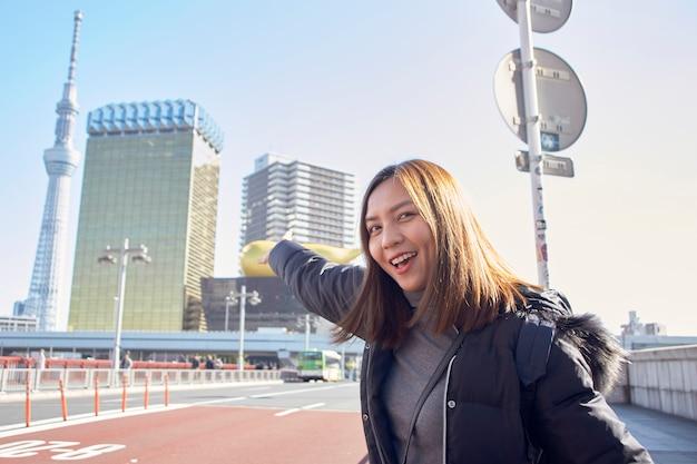 Vrouwentoerist bezoekt geniet van het uitzicht asakusa in tokio, japan,