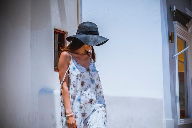 Vrouwentoerist die op vakantie, door de straten van oia in santorini-eiland wandelen.