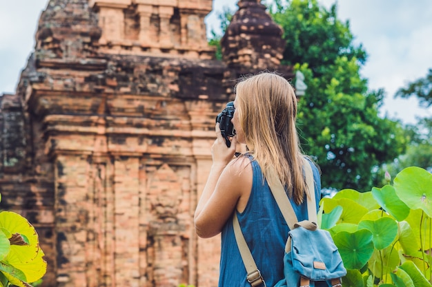 Vrouwentoerist in vietnam po nagar cham tovers azië