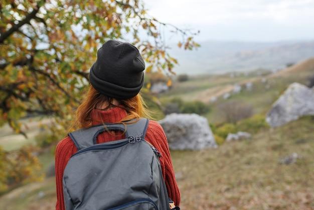 Vrouwentoerist met rugzak op het reisavontuur van het aardlandschap