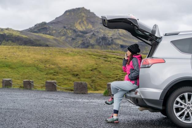 Vrouwentoerist reizen met suv-auto in ijsland.