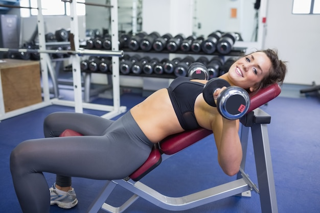 Vrouwentraining met gewichten