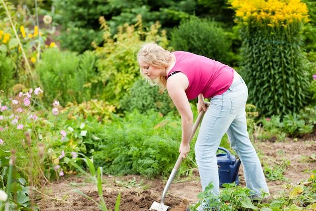 Vrouwentuinman die de grond graven