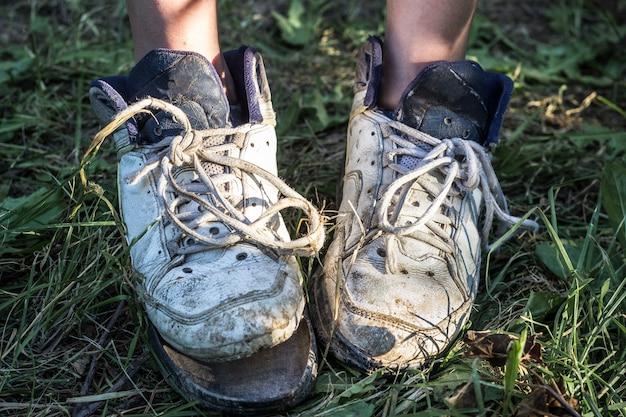Vrouwenvoeten thuis met gebroken pantoffels. armoede concept.