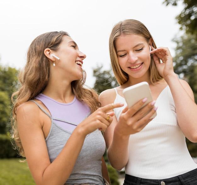 Vrouwenvrienden die mobiele telefoon bekijken