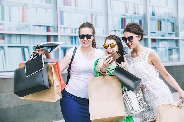 Vrouwenvrienden tijdens het winkelen met pakketten en samen winkelen