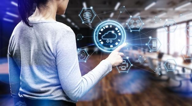 Vrouwenwerk met cloud computing op kantoor