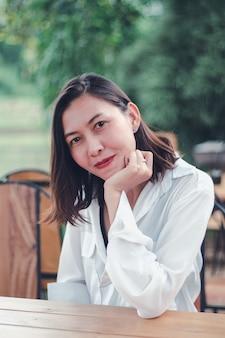 Vrouwenzitting als houten voorzitter in een restaurant