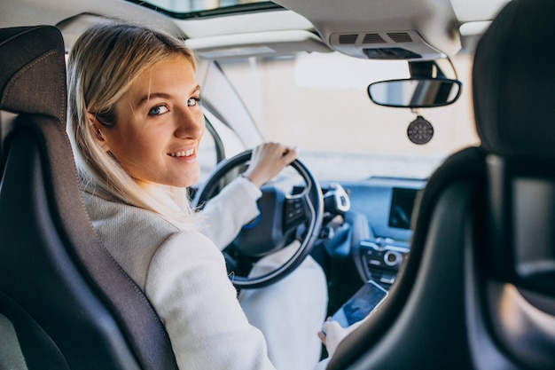 Vrouwenzitting binnen elektroauto terwijl het laden