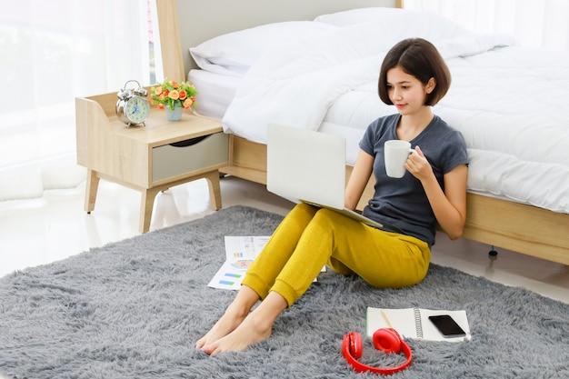 Vrouwenzitting en het gebruiken van computer in slaapkamer