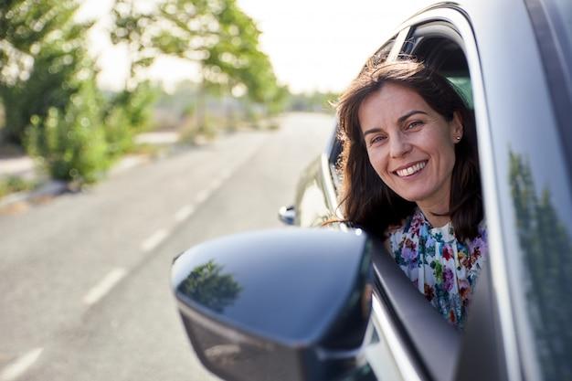 Vrouwenzitting in de passagierszetel van een auto