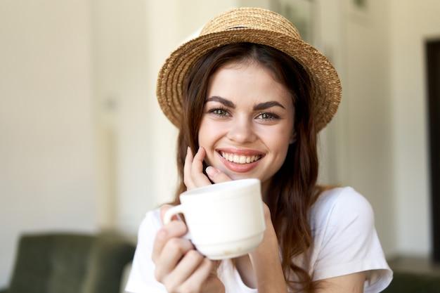 Vrouwenzitting in koffie, ontspannende en het drinken koffie