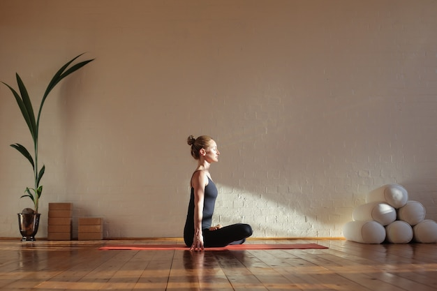 Vrouwenzitting in lotusbloempositie het mediteren