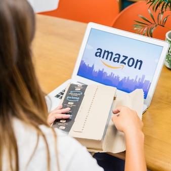 Vrouwenzitting met laptop en het openen van het verzenden