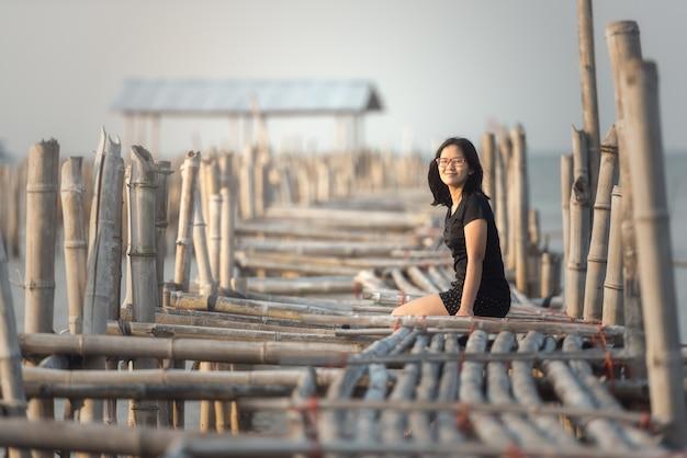 Vrouwenzitting op bamboebrug