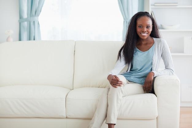 Vrouwenzitting op bank met gekruiste benen