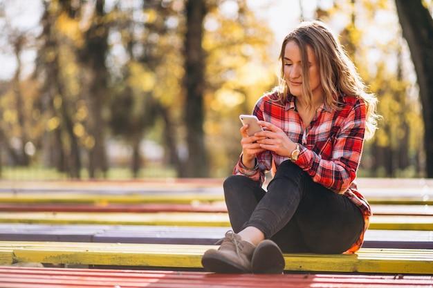 Vrouwenzitting op een bank in park