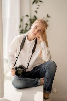 Vrouwenzitting op het concept van de de fotokunst van de vensterbank