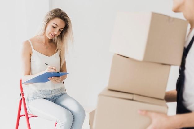 Vrouwenzitting op ladder planningsverhuizing