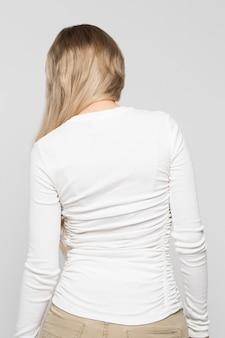 Vrouwtje in witte top met scoliose