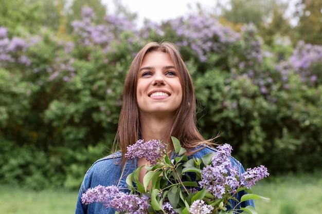 Vrouwtje met lila bloemen