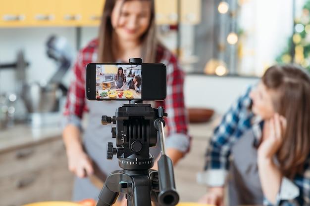 Vrouwtjes schieten kookproces op telefooncamera