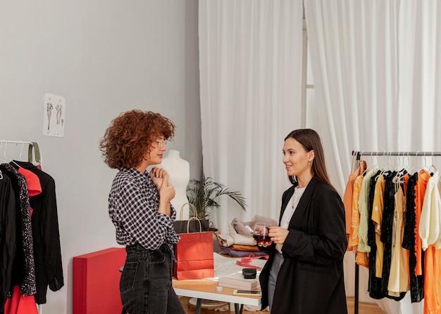 Vrouwtjes winkelen in de winkel