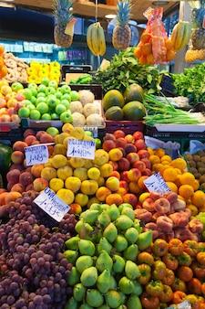 Vruchten en groenten op de toonbank