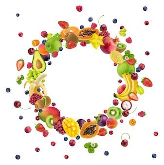 Vruchten geïsoleerd op wit, rond frame gemaakt van verschillende vliegende vruchten en bessen