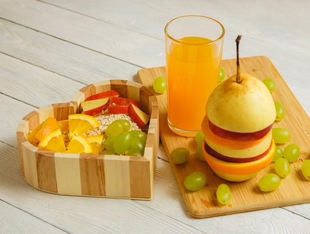 Vruchten hart op de houten achtergrond. gezonde voeding concept.