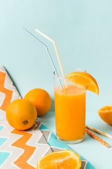 Vruchten in de buurt van glas met sap