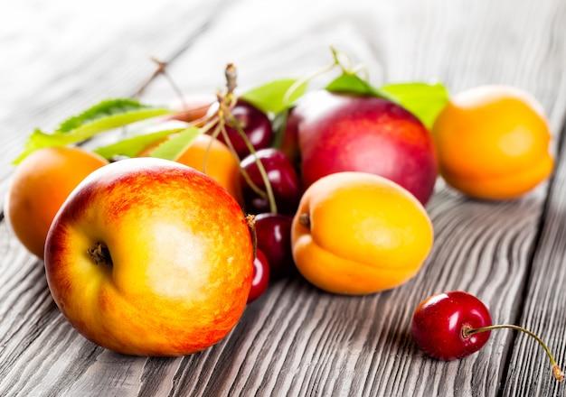 Vruchten op de houten tafel