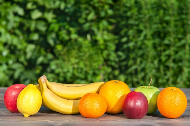 Vruchten op houten tafel op aard achtergrond.